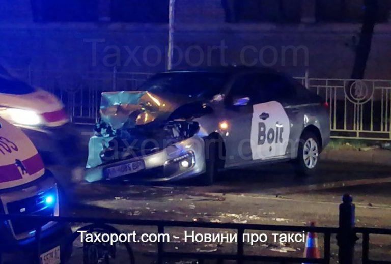 Водитель Bolt попал в ДТП, есть пострадавшие.