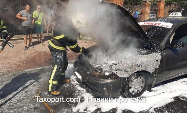 У Рівному згорів автомобіль таксі