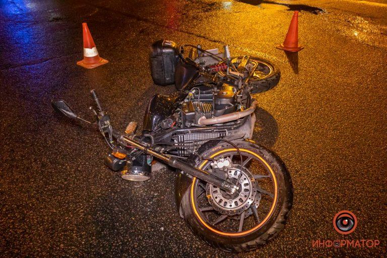 В Днепре на Липинского случилась авария с мотоциклистом и Renault службы такси Uber