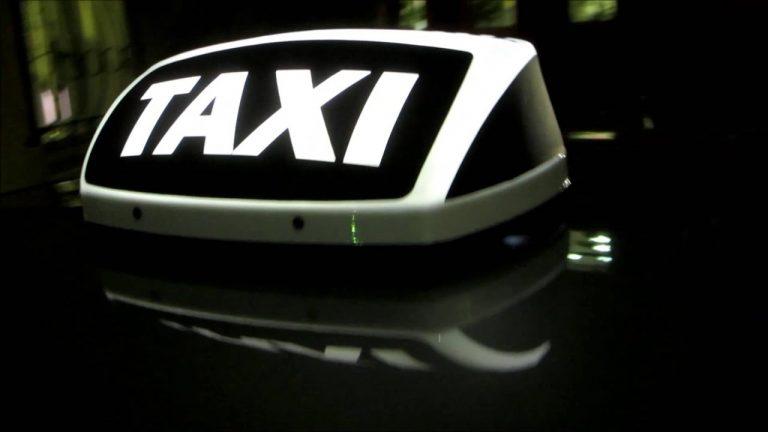 Таксист виштовхав дівчину з автівки, і вона вдарилася головою.