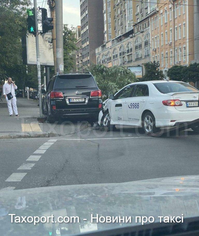 В Киеве Uber ударил Land Cruiser (Видео)