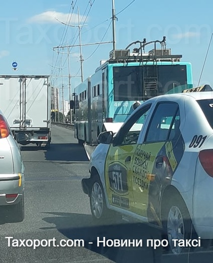 Киев, ДТП Тролейбус и «Такси 571»