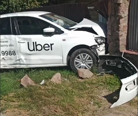 В Киеве ДТП с Uber, заехал в стену (Видео)