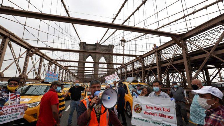 Таксисты Нью-Йорка перекрыли мосты в отчаянном призыве отменить…
