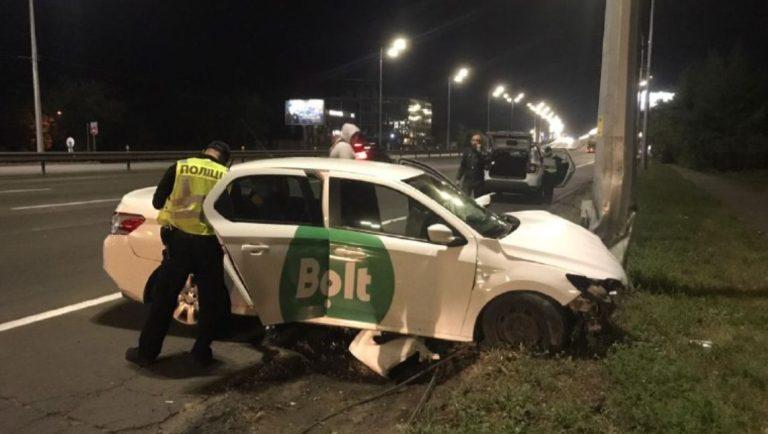 Водитель Bolt будучи пьяным врезался в столб.