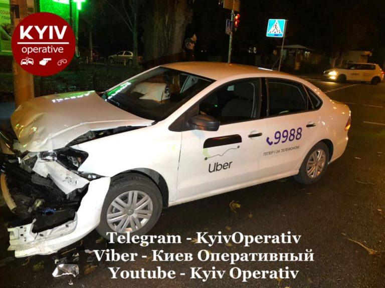 Водій Uber порушив ПДР і потрапив у аварію.