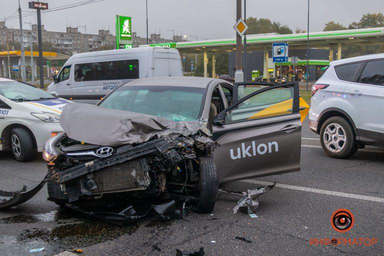 В Днепре водитель Uklon уснул и врезался в микроавтобус, пострадало 6 человек.