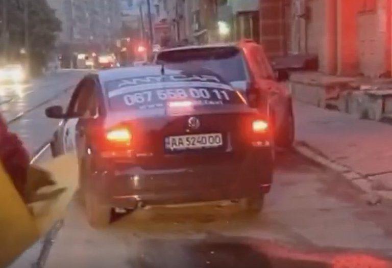 В Киеве водитель Bolt будучи под чем-то, врезался в припаркованное авто (Видео)
