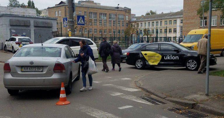 В Киеве водитель Uklon нарушил ПДД и попал в аварию, пострадала пассажирка (Видео)