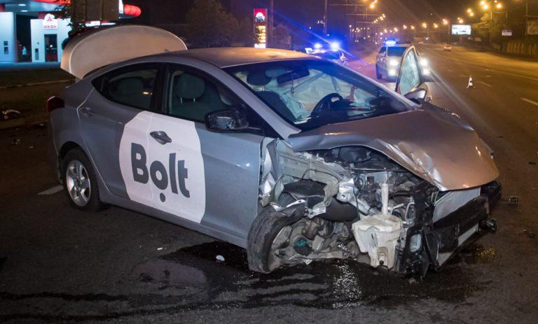 В Днепре на Слобожанском проспекте водитель Bolt въехал в отбойник (Видео)