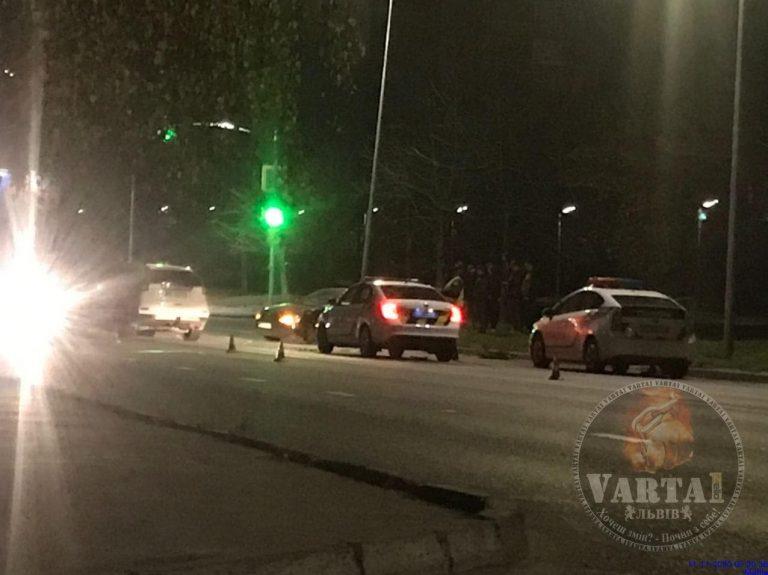 У Львові водій «таксі 838» потрапив у аварію (Відео)