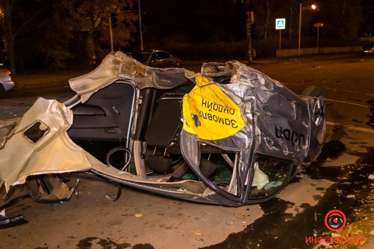 В Днепре автомобиль Uklon разорвало на две части, страшное ДТП с пострадавшим.