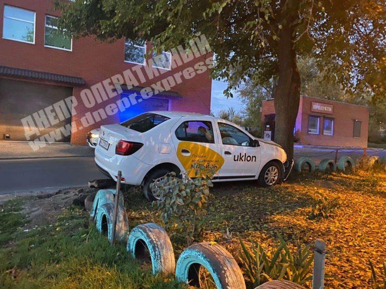 В Днепре водитель Uklon врезался в дерево