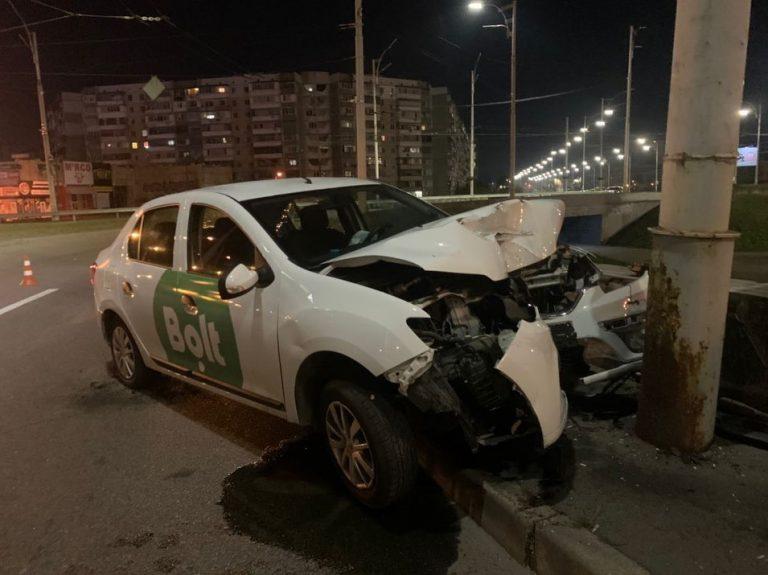 Водитель Bolt врезался в столб и попал в больницу