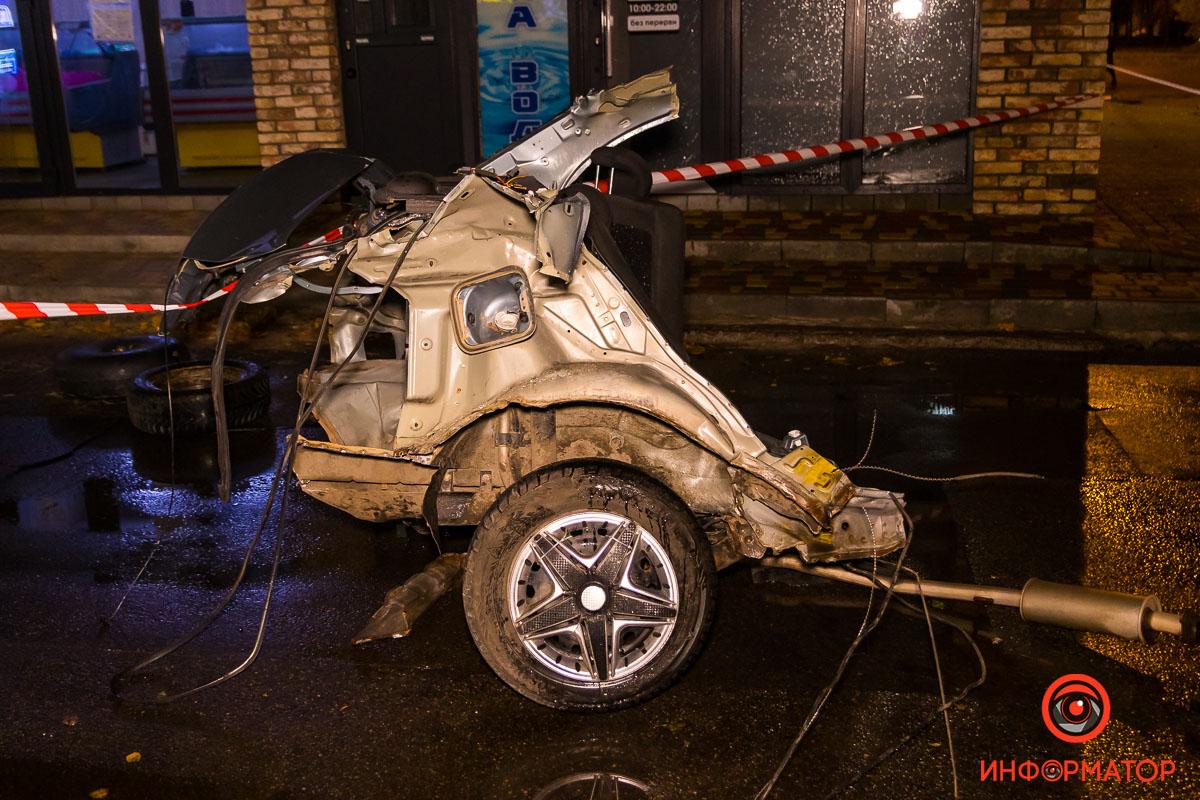 От удара ЗАЗ разорвало на две части, сам автомобиль перевернулся
