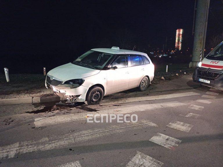 У Києві некероване таксі вилетіло на тротуар через смерть водія за кермом