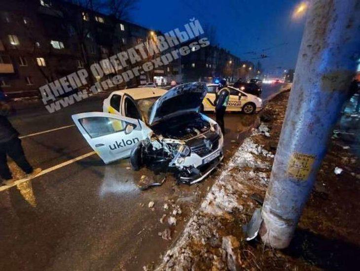 У Дніпрі на Богдана Хмельницького п'яний водій Uklon врізався в стовп: пасажира госпіталізували