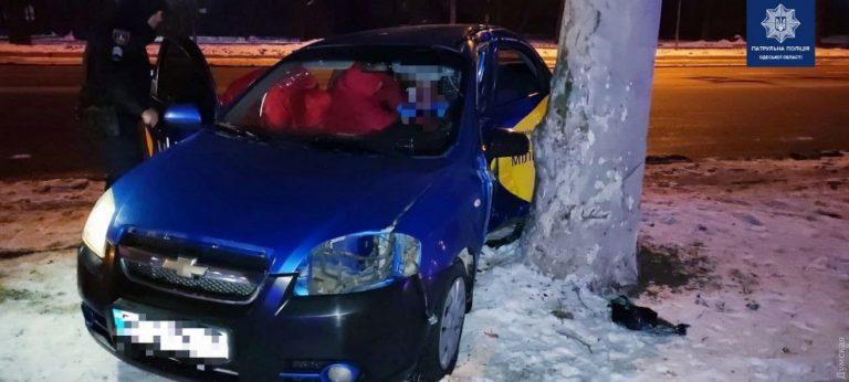 В Одесі водій Uklon врізався в дерево, пасажирку забрала «швидка»