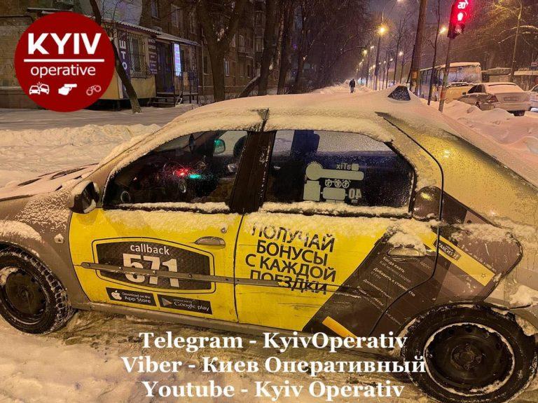 У Києві водій «571» на побитій автівці без прав, влаштував ДТП