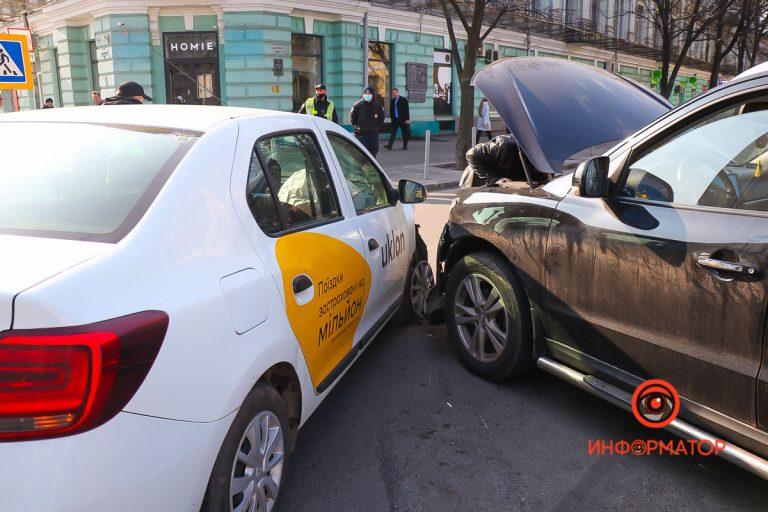 В Днепре на Грушевского столкнулись Hyundai и Renault службы Uklon: пострадала беременная