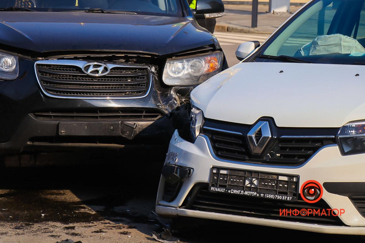 Renault ехал по Грушевского со стороны проспекта Яворницкого
