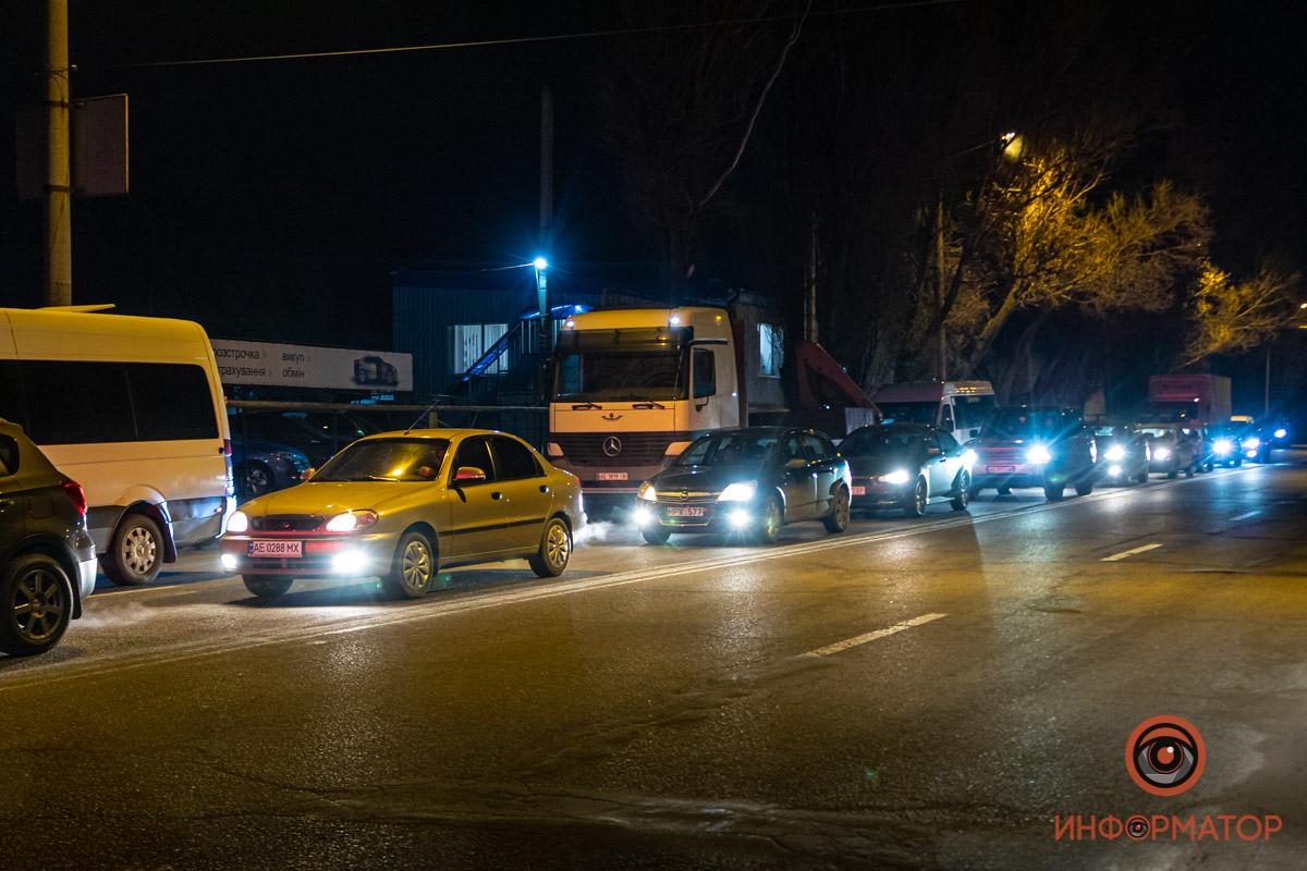 Из-за временных остановок и перекрытий дорог, чтобы колона проехала, в разных частях собирались пробки