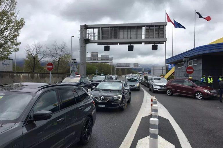 Поток французских такси заблокировал женевскую таможню