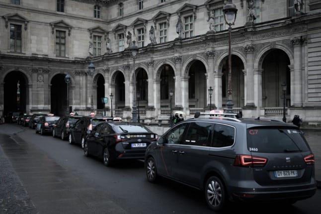 У Парижі позбавили прав водіїв, які брали з туристів 230 євро за поїздку з аеропорту