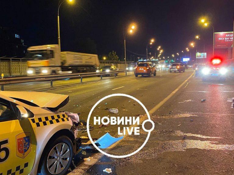 У Києві таксист на швидкості збив чоловіка та затиснув його між двох авто