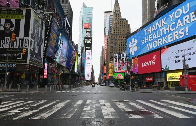 Жители Нью-Йорка изо всех сил пытаются заказать такси на фоне его нехватки и роста цен на Uber