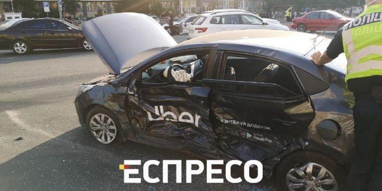 На столичній площі Лесі Українки одночасно зіткнулися 4 авто