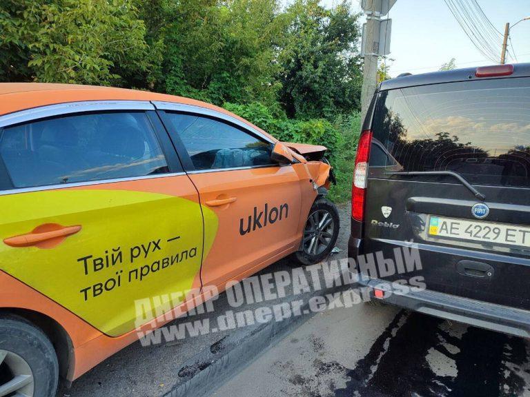 В Днепре водитель Uklon спровоцировал ДТП, пассажирка в больнице