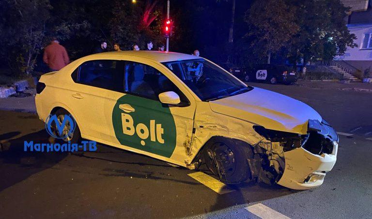 ДТП за участю двох машин: Ford та Peugeot (Bolt). Є постраждалі.