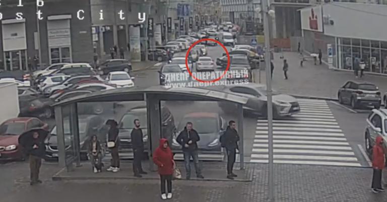В Днепре водитель Uklon сбил девушку на  пешеходном переходе
